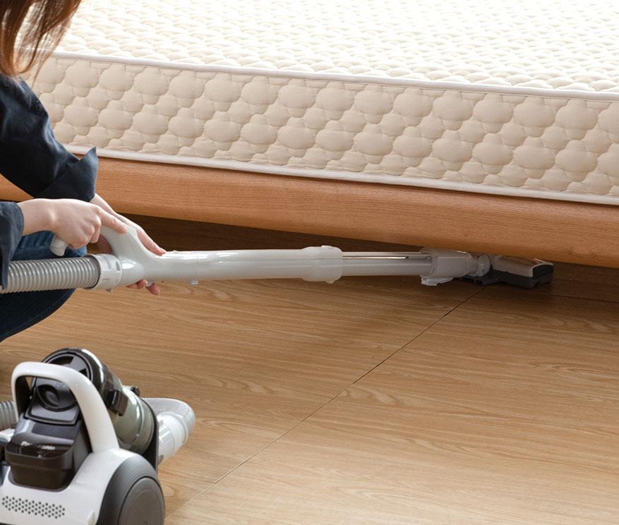 ホコリが溜まりやすいのに掃除しにくいベッド下