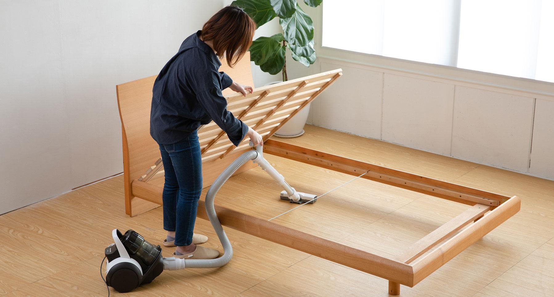 ベッド下はスノコを持ち上げると楽に掃除することができます。