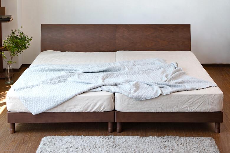 シンプルなデザインが特徴のスタイリッシュな木製ベッド ワイドキングサイズ  カルディナ(ウォールナット)