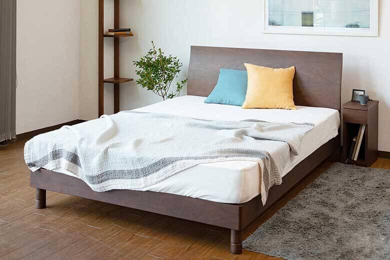 シンプルなデザインが特徴のスタイリッシュな木製ベッド カルディナ(ウォールナット)