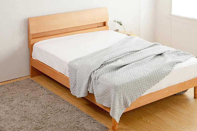 アルダー材の木目が優しい棚とコンセント付きの機能的な木製ベッド セミダブルサイズ ドミールII(アルダー)