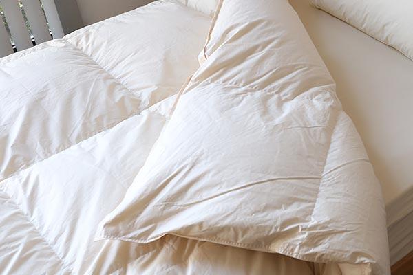 新生活羽毛布団はあたたかい、軽い、保温性・通気性が高いと体に優しい機能が揃ったベーシックな羽毛布団です。